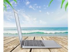 木板上的电脑与海边背景