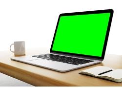 桌子上的笔记本电脑
