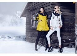 站在雪地上的美女