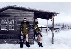 木屋旁的时装模特