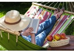 吊床看书的美女图片