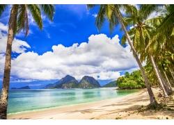 蓝天白云与海滩风景