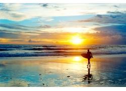 海滩上的冲浪人物剪影
