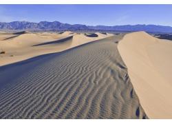 蓝天与沙漠风景