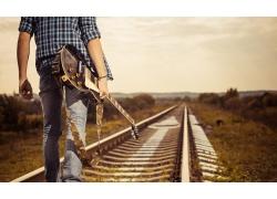 走在铁路上的吉他手