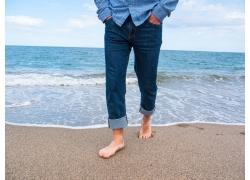 走在沙滩上的男士