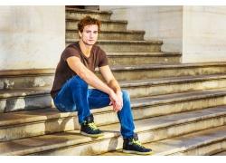 坐在台阶上的帅哥