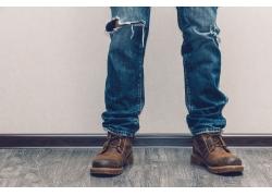 穿皮靴牛仔裤的男士