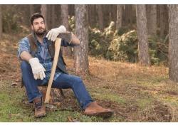 树林里拿斧头的男士
