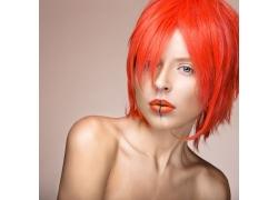 染红头发的美女