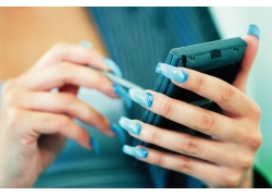 玩手机的美甲美女