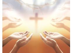 十字架与祈祷的双手