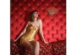 穿金色衣服的短发美女