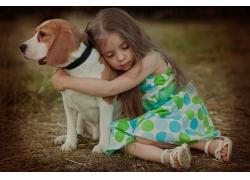 拥抱小狗的小女孩图片