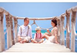 海边岸上幸福家庭图片