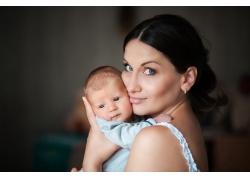 抱着婴儿的美女妈妈图片
