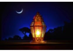 月空与发光的灯塔