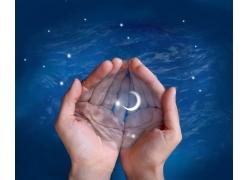 双手捧着月亮与星空