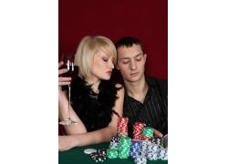 赌博的男人与喝酒的女人