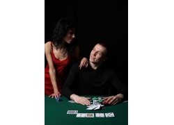 赌博的男士与女人