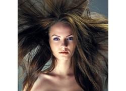 头发飞扬的美女
