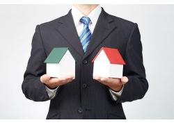 商务男人手中的房屋模型
