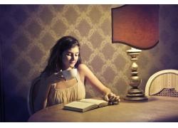 喝咖啡看书的女孩图片