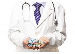 手中一堆西药的医生