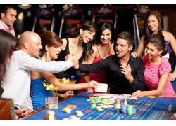 赌场的男人与性感美女