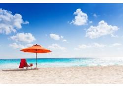 蓝天白云下的沙滩图片