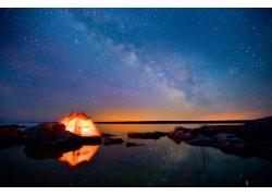 帐篷与繁星天空