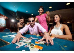 赌场的性感美女与男人
