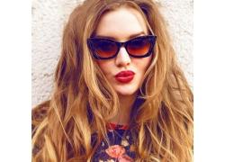 戴墨镜的红唇美女