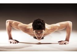 健身运动的肌肉男人图片