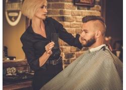 给男人剪发的美女理发师