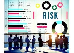 彩色图表与握手商务人物