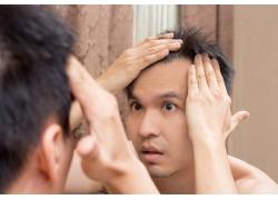 照镜子看头发的男人
