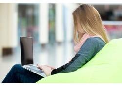 坐着上网的长发美女