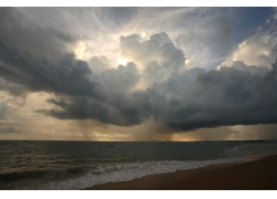 飘动的乌云与大海