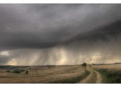 乌云下的农田