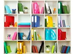 书架上的文件与办公用品