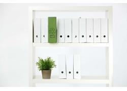 白色书架上的文件与植物