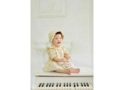 弹钢琴的小女孩