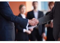 握手合作的商务人士