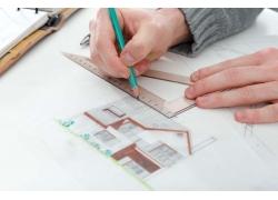 画图纸的建筑设计师