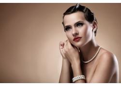 戴珠宝首饰的女人