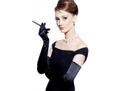 抽烟戴项链的时尚女性