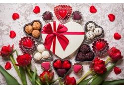 红色花朵和心形礼物盒图片