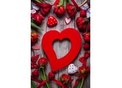 红色花朵和心形饰品图片