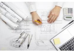 直尺画图纸的建筑师
